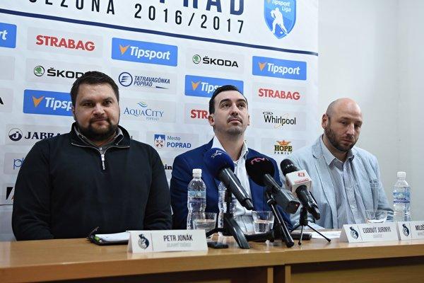 Zľava hlavný tréner HK Poprad Petr Jonák, riaditeľ HK Poprad Ľudovít Jurínyi a tréner mládeže HK Poprad Miloš Šeliga počas tlačovej konferencie hokejového klubu HK Poprad v Poprade.