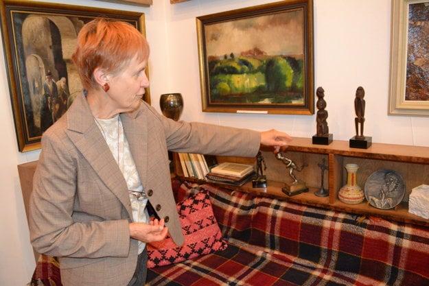 Kinga Szabóová ukazuje umelcove africké sošky z Paríža.