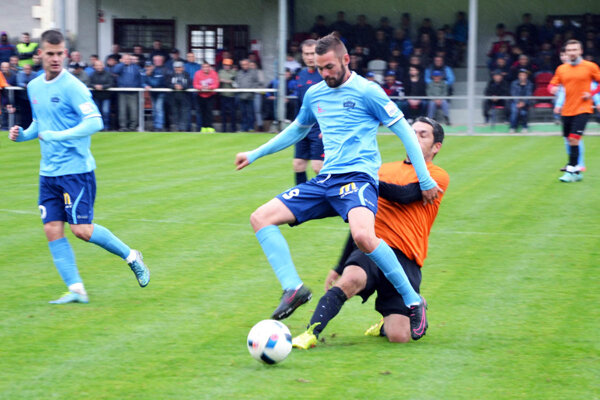 Róbert Valenta prispel tromi gólmi k hladkej výhre favorita. Vľavo Marcel Oravec.