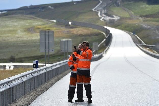 Na snímke cestári sa fotografujú počas slávnostného odovzdania obchvatu Bánoviec nad Bebravou v úseku rýchlostnej cesty R2 Ruskovce-Pravotice v Bánovciach nad Bebravou.