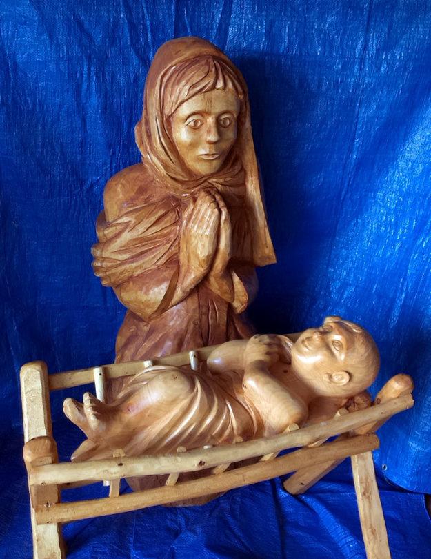 Mária s Ježiškom v jasličkách. Rezbár zatiaľ odhalil len časť betlehemu, ostatok bude prekvapením.