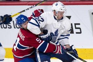 Martin Marinčin (v bielom) zvádza súboj s hráčom Montrealu.