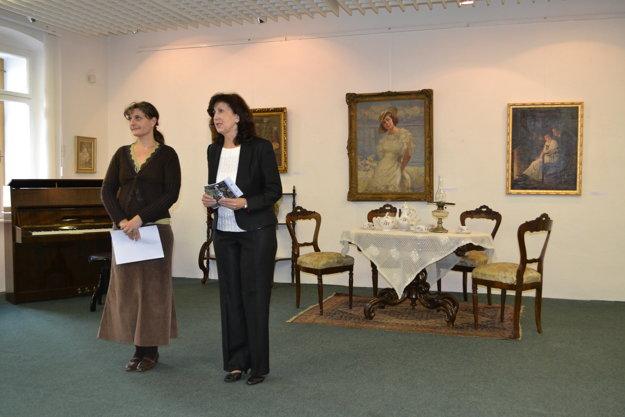 Kurátorka výstavy Andrea Németh Bozó (vľavo) s riaditeľkou múzea Ivetou Kaczarovou (vpravo).