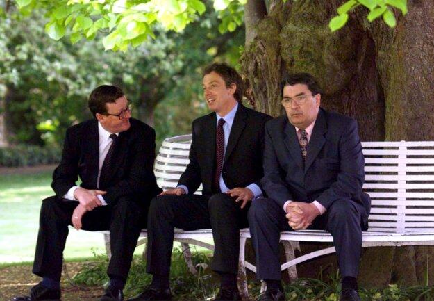 Britský premiér Tony Blair (uprostred) s Davidom Trimbleom a Johnom Humeom.