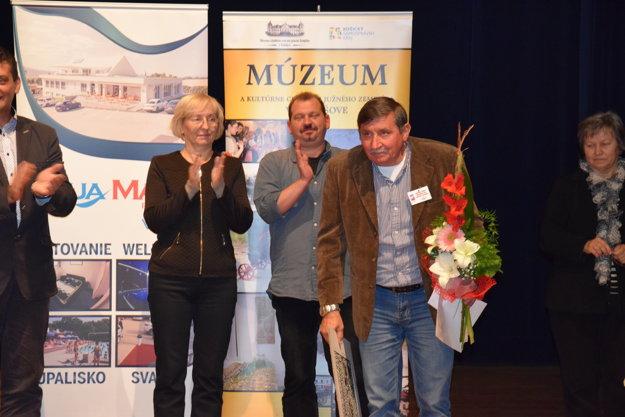 Jozef Novák, režisér DS J. Borodáča z Plechotíc po odovzdaní ocenenia za 1. miesto.