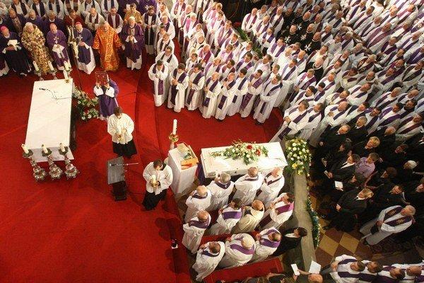 S rozhodnutím o financovaní cirkví čaká vláda Smeru na dohodu. Fotografia je z pohrebu biskupa Rudolfa Baláža v roku 2011.