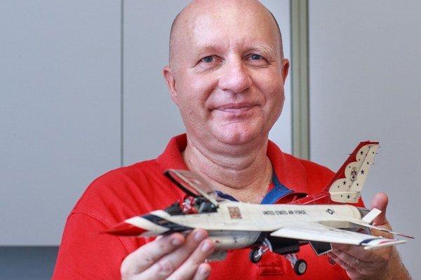 Vladimír Adame (55) je vyštudovaný letecký inžinier. Je spolumajiteľom firmy Adlo, ktorá vyrába bezpečnostné dvere, je ženatý, má dve deti a je modelár už 45 rokov. Okrem plastikového modelárstva sa vo voľnom čase venuje fotografovaniu lietadiel.