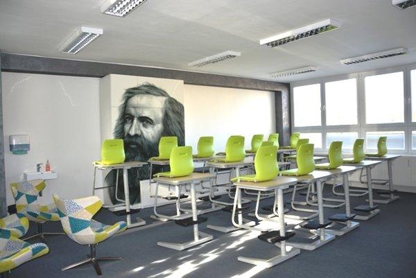 Interiér triedy gymnázia.