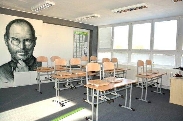 Inovatívne vzdelávanie a portrét Stevea Jobsa na stene.