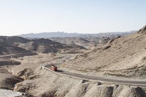 Cesty cez Pakistan sú väčšinou v dobrom stave, musíme sa však prispôsobovať rýchlosti hliadok, ktoré nás sprevádzajú.