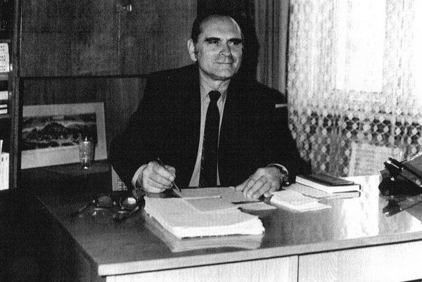 Samuel pri práci vKrajskej knižnici vTrenčíne vroku 1985.