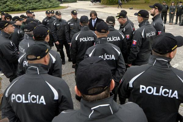 S policajtmi sa rozlúčil aj minister Kaliňák.