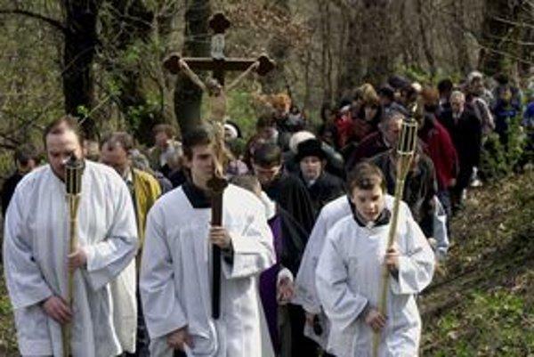 V kostoloch ale aj vonku sa krížové cesty konajú na Veľký piatok.