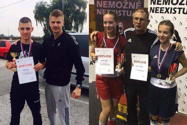 Vľavo Tomáš Vágo s trénerom Pavlom Hlavačkom. Na druhej fotke zľava Renáta Hadas, tréner Tibor Hlavačka a Renáta Vajdová.