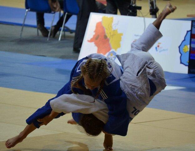 Alexandra Halajová (v modrom) vstúpila do súťažného zápolenia víťazstvom nad Poľkou.