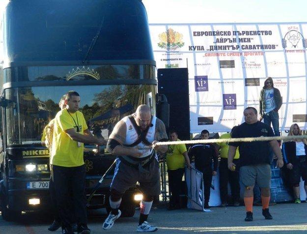 Ťahanie 22-tonového autobusu.