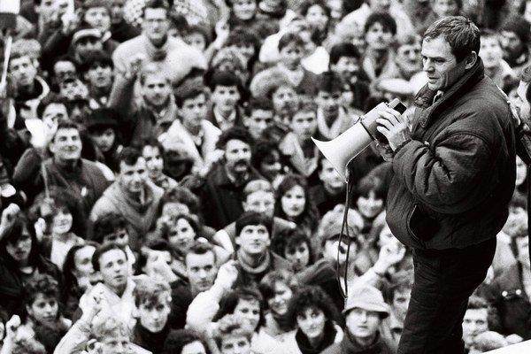 Termín volieb cez predĺžený víkend so štátnym sviatkom vníma tribún revolúcie a kandidát na bratislavského primátora Milan Kňažko ako schválnosť.