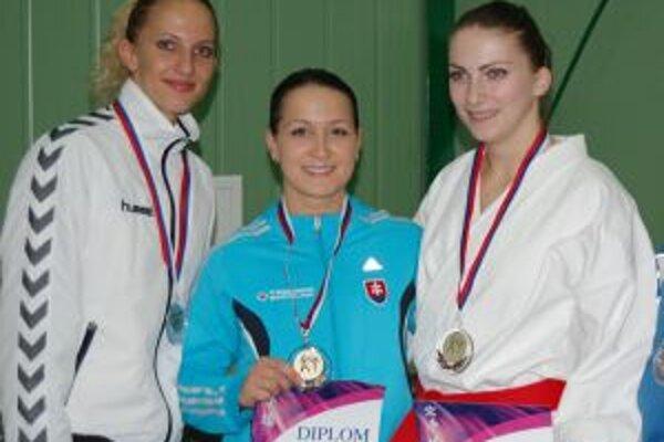 Dušana Čierna (vpravo) s medailou z republikového šmapionátu.