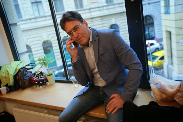 András Murányi sa stal šéfredaktorom ľavicového opozičného denníku Népszabadság vauguste 2015, predtým vňom pracoval štrnásť rokov ako športový komentátor aredaktor. Denník cez víkend po 60-tich rokoch prestal vychádzať, majitelia hovoria oekonomických dôvodoch.