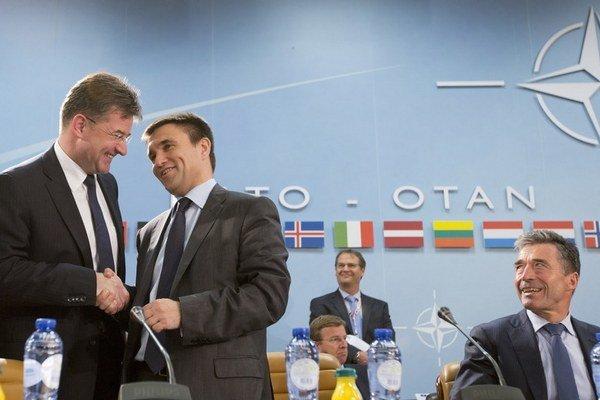 Šéf diplomacie Miroslav Lajčák s ukrajinským ministrom zahraničných vecí Pavlom Klimkinom. Prizerá sa šéf NATO Anders Fogh Rasmussen.