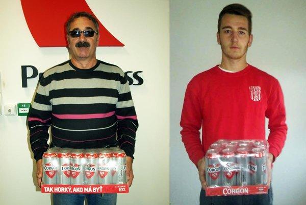 Kartón piva si v 9. kole rozdelili dvaja tipéri. Vľavo Jaroslav Skačan zo Žihárca, vpravo Dávid Tóth z H. Kráľovej, ktorý prevzal odmenu za otca Slavomíra.