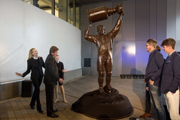Gretzky pri svojej soche.