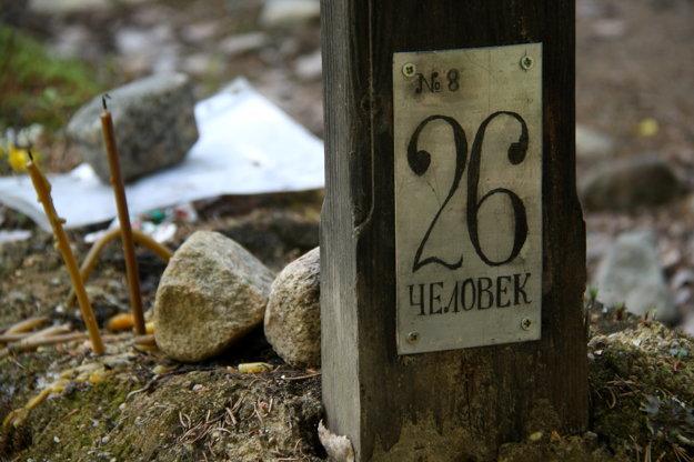 Kto presne leží v masových hrobov na Soloveckych ostrovoch, sa nevie. Číslo na kríži udáva množstvo pochovaných obetí.