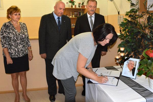 Kondolenčná listina. Podpísali ju aj zamestnanci úradu Sídliska Ťahanovce.
