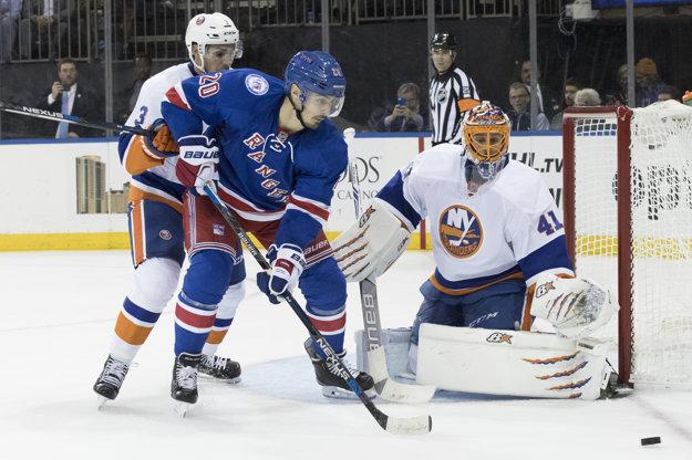 Brankár New Yorku Islanders Slovák Jaroslav Halák, jeho spoluhráč Travis Hamonic (vľavo) a hokejista New Yorku Rangers  Chris Kreider.