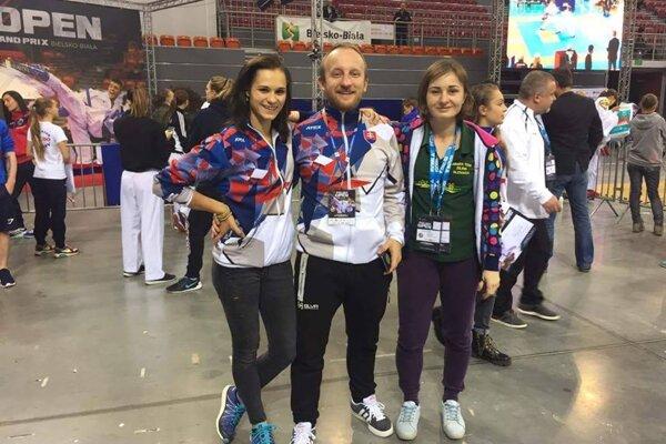 Eva Nováková (vľavo) spolu s trénermi Jánom Novosadom a Zuzanou Bello.