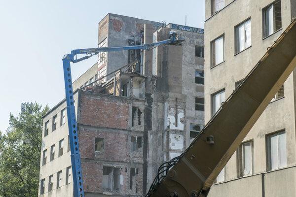 Premena roky chátrajúcej bývalej nemocnice na Bezručovej ulici v bratislavskom Starom Meste na polyfunkčný obytný komplex sa začala. Na snímke búranie časti objektu.