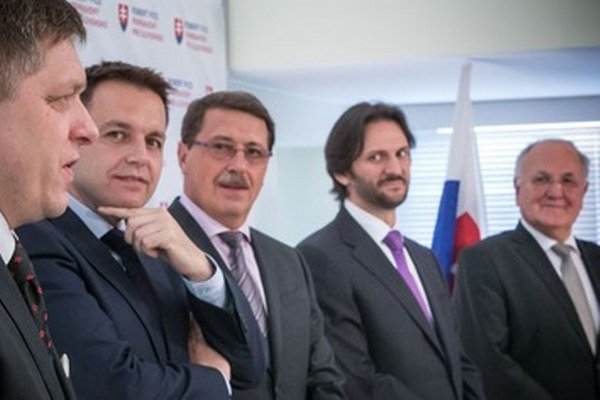 Žiadna stranícka, ani verejná funkcia nie je doživotná, hovorí Dušan Čaplovič (vpravo).