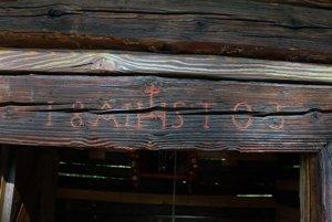 Drevený trám pred vchodom do zvonice, na ktorom sa zachoval pôvodný dátum postavenia zvonice, rok 1803.