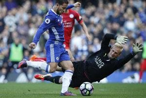 Eden Hazard z Chelsea strieľa druhý gól cez brankára Leicesteru City Kaspera Schmeichela.