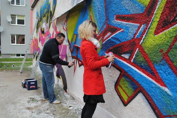 Manželia Bukovinskí. Pri tvorbe nového grafiti.