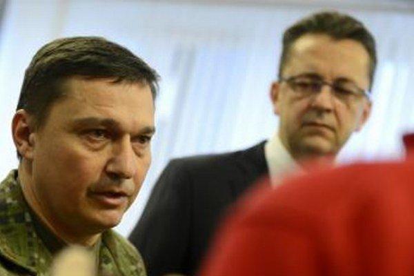 Daniel Zmeko (vľavo) s ministrom obrany Martinom Glváčom.