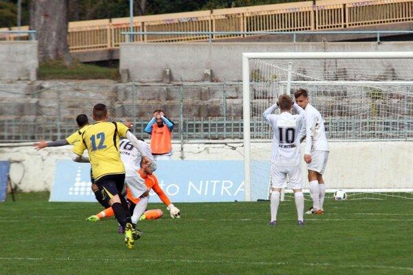 Jediný gólový moment zápasu: domáci sa chytajú za hlavu, hostia sa radujú.