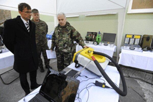 Minister Ľubomír Galko si v Kostoľanoch pozrel armádne chemické laboratórium.