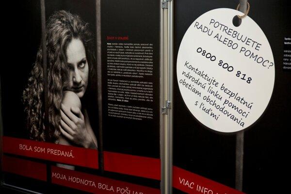 Foto z interaktívnej kampane organizovanej ministerstvom vnútra v oblasti boja proti obchodovaniu s ľuďmi s názvom Ľudia nie sú na predaj, 2014.
