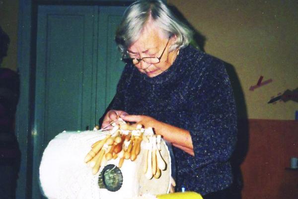 Mária Čobrdová pri paličkovaní.