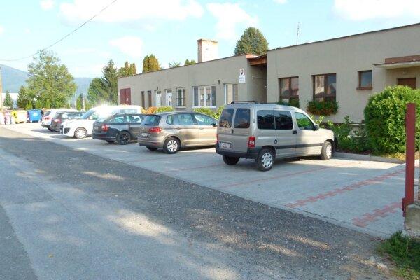 Nové parkovacie plochy.
