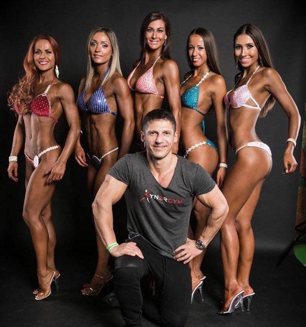 Tréner Karol Méry so svojimi zverenkyňami z klubu Synergym Šamorín. Prvá zľava Zuzana Satmáryová, vedľa nej Ibolya Bognárová.