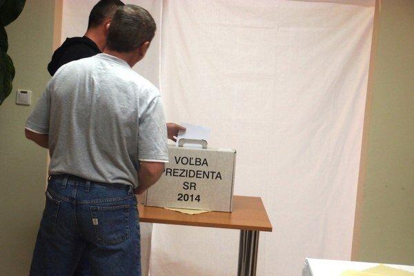 Na snímke volič hádže volebný lístok do urny vo volebnej miestnosti na otvorenom oddelení v Ústave na výkon trestu odňatia slobody v Bratislave.
