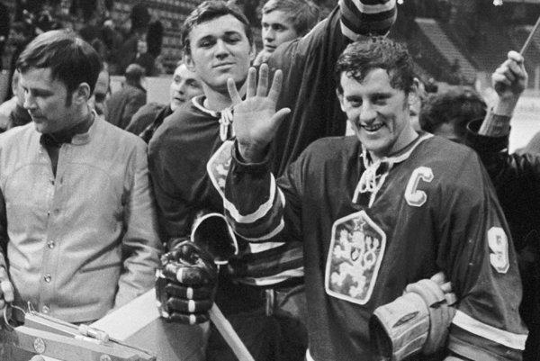 Jozef Golonka (vpravo) po víťazstve nad ZSSR vŠtokholme na MS vroku 1969.