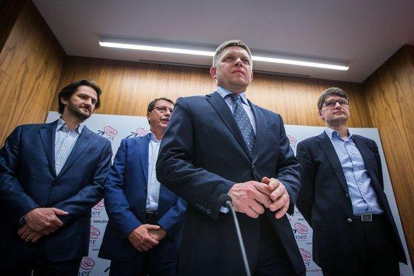 Gratuláciu víťaznému súperovi Robert Fico zvládol, hoci s mierne červenou tvárou.