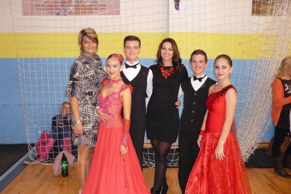 Reprezentanti Posádkového klubu Martin tanečný pár Erik so Sabínou zľava.