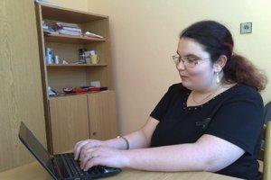 Klára Mirgová sa začala ako deväťročná učiť Braillovo písmo.