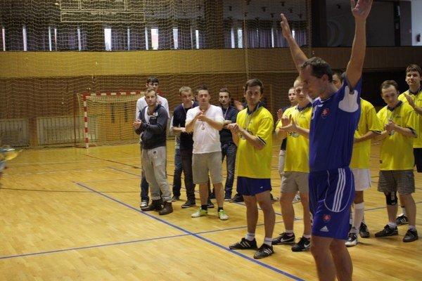 Procházka hráva sálový futbal za HSP Hemerhoidy.