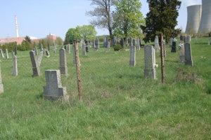 Súčasné dominanty Mochoviec: Elektráreň, chladiace veže, cintorín a kostol.