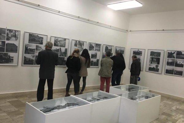 Už počas vernisáže navštívilo výstavu množstvo ľudí.